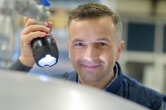 Mann mit Taschenlampe in der Hand Lizenzfreie Stockbilder