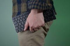 Mann mit Tastatur in den Händen Lizenzfreie Stockfotos