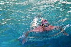 Mann mit Taucherbrillen im adriatischen Meer stockbild