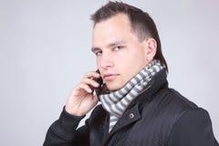 Mann mit Telefon lizenzfreie stockfotografie