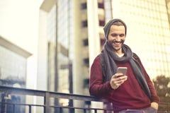 Mann mit Telefon lizenzfreies stockbild