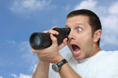 Mann mit Teleskop lizenzfreie stockfotografie