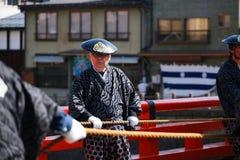 Mann mit traditionellem Kleid schleppt majestätische Hin- und Herbewegungen Lizenzfreie Stockfotografie
