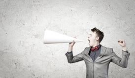 Mann mit Trompete lizenzfreie stockfotografie