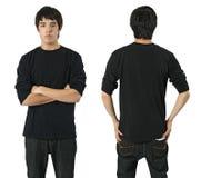 Mann mit unbelegtem schwarzem Hemd stockfotografie