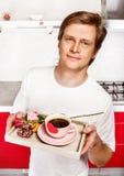 Mann mit Valentinsgrußgeschenken Stockfotos