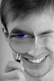 Mann mit Vergrößerungsglas in der Hand Stockfotos