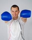 Mann mit Verpackenhandschuhen Stockfotos