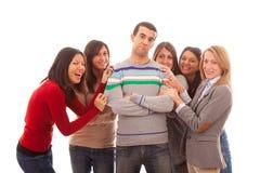 Mann mit vielen Frauen Stockfoto