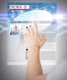 Mann mit virtuellem Schirm und Nachrichten Stockbilder