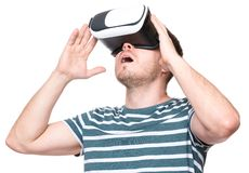 Mann mit VR-Gläsern stockbilder