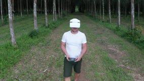Mann mit VR-Gläsern im Wald stock video footage