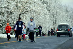 Mann mit Wanderer, nähernde Ziellinie in jährlichem Christopher Dailey Turkey Trot, Saratoga Springs, 2014 stockfotos
