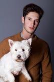 Mann mit weißem Hund Stockfoto