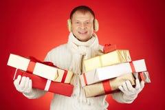 Mann mit Weihnachtsgeschenken stockbild