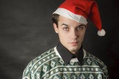 Mann mit Weihnachtshut Lizenzfreie Stockfotografie