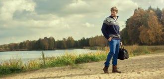 Mann mit Wolljacke auf Strand stockfotografie
