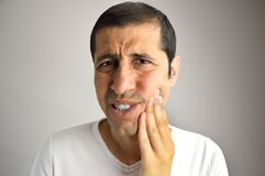 Mann mit Zahnschmerzen stockbild