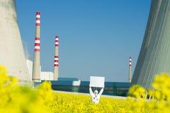 Mann mit Zeichen am Kernkraftwerk lizenzfreie stockbilder