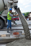 Mann mit Zementmaschine stockbild
