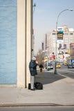 Mann mit Zigarette in Manhattan Stockfotografie