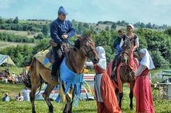 Mann in mittelalterliche historische Kleidung zu Pferd Stockfoto