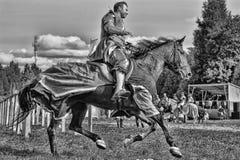 Mann in mittelalterliche historische Kleidung zu Pferd Lizenzfreie Stockfotos