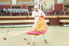 Mann, Modell der Mode, tragende spanische Kleidung in einer Stierkampfarena Stockfotografie