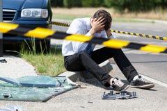 Mann nach Autounfall lizenzfreie stockbilder