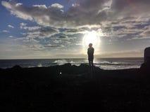 Mann nach der Sonne stockbilder