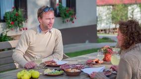 Mann nach schmeckendem Kompliment die lokalen Fleisch delicates stock video