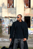 Mann nahe bei altem Gebäude Lizenzfreie Stockfotos