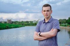 Mann nahe dem Fluss Stockfoto