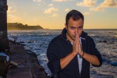 Mann nahe dem Meer Stockbilder