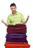 Mann nahe dem Stapel von Koffern Stockfotos