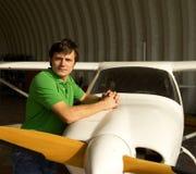 Mann neben kleinem Flugzeug Lizenzfreie Stockfotos