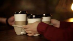 Mann nehmen herein Kaffeestube mit einer Schale heißem Kaffee weg stock footage