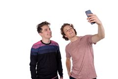 Mann-Nehmen selfie mit zwei Freunden lokalisiert auf weißem Hintergrund über Draufsicht stockbild