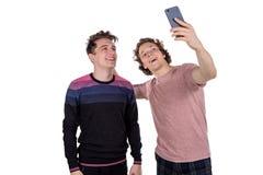 Mann-Nehmen selfie mit zwei Freunden lokalisiert auf weißem Hintergrund über Draufsicht stockbilder