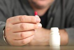 Mann nimmt die antibiotische Kapsel stockfotos