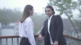 Mann nimmt Hand der weiblichen Stellung am Balkon, den junges Paar Zeit verbinden zusammen in der Liebe verbringt stock video footage