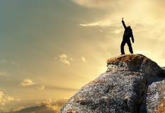 Mann oben auf Berg Lizenzfreie Stockbilder