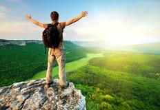 Mann oben auf Berg stockfotografie