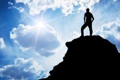 Mann oben auf Berg lizenzfreie stockfotos