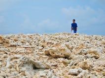 Mann oben auf die Korallen versteinert stockfoto