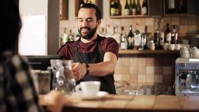 Mann- oder Kellnerumhüllungskunde in der Kaffeestube stock video footage