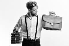 Mann oder Lehrer mit Borste, Gläser und neugieriger Gesicht Sonderling oder tragende Hosenträger des Bücherwurms Mann mit Aktenko Lizenzfreie Stockbilder