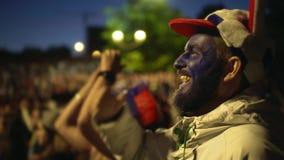 Mann oder Person mit Farbengesicht schreiend in der Freude vom Sieg des Matches stock video