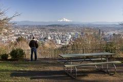 Mann overlookng Portland, Oregon Lizenzfreie Stockbilder