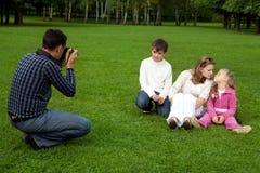 Mann photographes seine Familie draußen stockfotos
